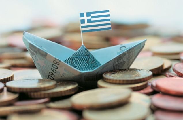 Бумажный кораблик с греческим флагом