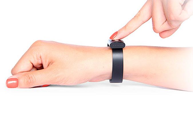 Электронный браслет на женской руке