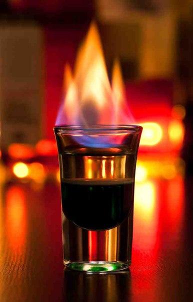 Стакан с горящим коктейлем