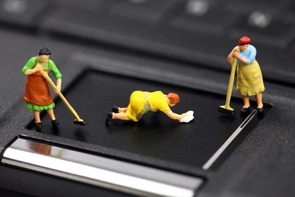 Девушки чистят компьютер от мусора