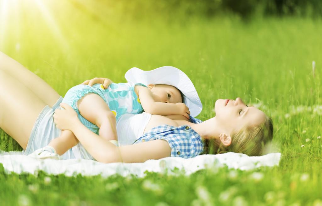 Светлое фото мамы с ребенком