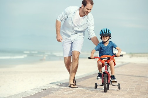 Обучение езде на велосипеде на пляже