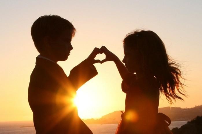 Мальчик и девочка на фоне заката