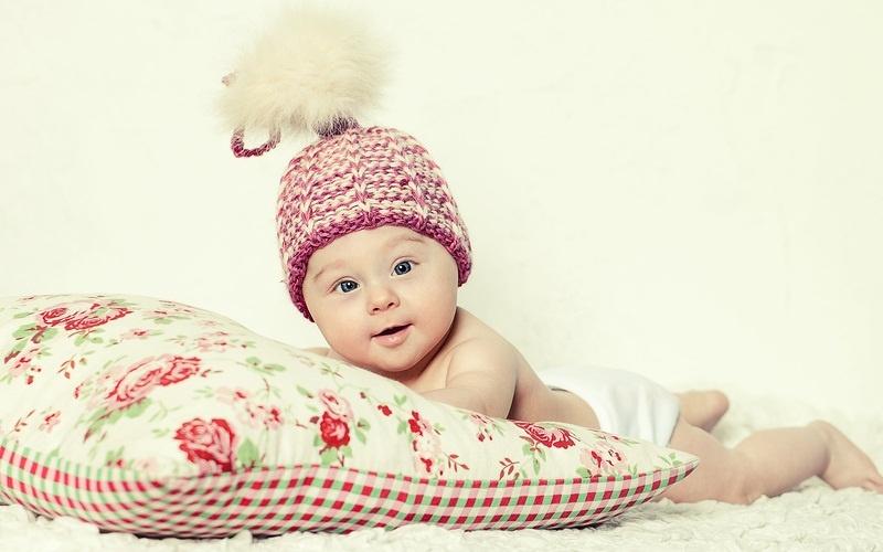 Малыш в смешной шапке